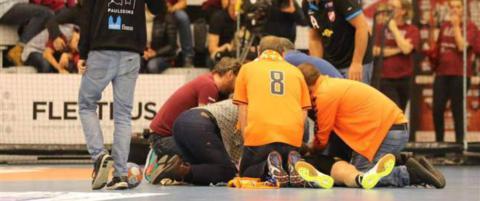 Svensk h�ndballspiller ble liggende livl�s p� banen