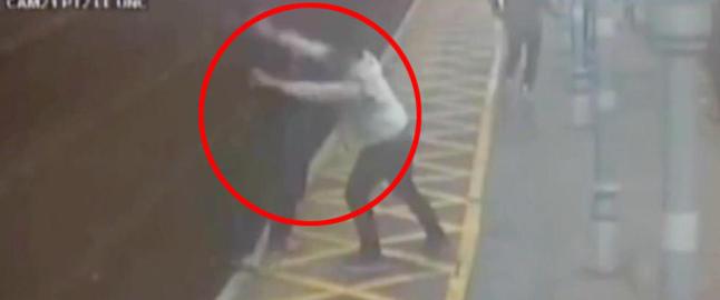 Blind mann overfalt og kastet ned p� togskinnene