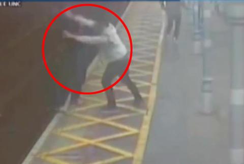 England: Blind mann overfalt og kastet ned p� togskinnene