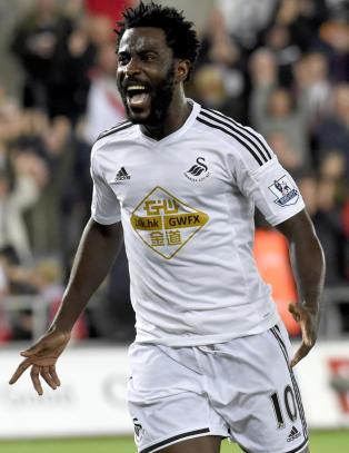 Bony herjet da Swansea slo Leicester hjemme