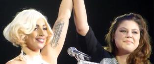 Svenske Sara ble trukket opp p� scenen av Lady Gaga etter r�rende brev