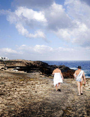 Nede p� den steinete stranda kan du g� naken fra morgen til kveld
