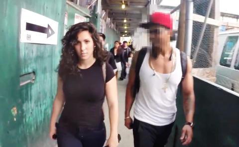 Hun gikk ut p� gata i vanlige kl�r. S� begynte menn � slenge med leppa