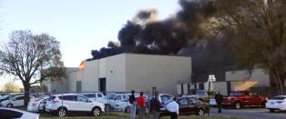 Sm�fly har krasjet i bygning p� flyplass i USA