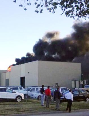 To d�de og fire skadd etter at sm�fly krasjet i flyplass i USA
