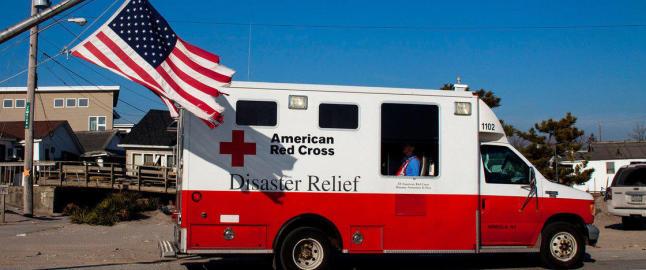 R�de Kors kj�rte rundt med tomme biler og ba folk �pne lommeb�kene