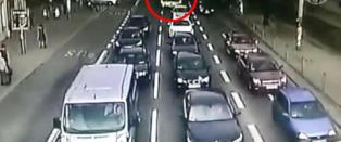 Bevisstl�s bussj�f�r pl�yer seg gjennom bilene ved lyskrysset