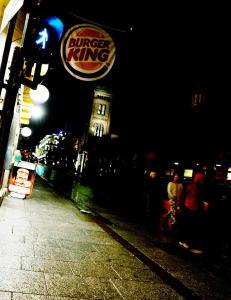 Skal ha blitt voldtatt etter veddem�l om � g� inn p� guttedoen p� Burger King under �jobbintervju�
