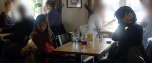 Mor sjokkerte kaf�gjester ved � sitte beruset med datteren