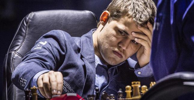 - Carlsen har vondt i halsen og er litt uggen