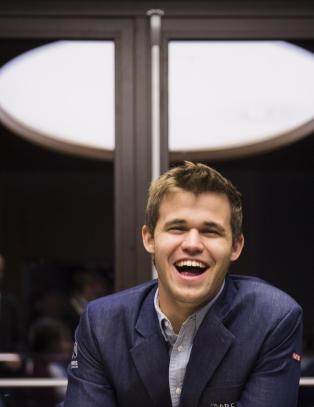 Vladimir Putin m�ter Magnus Carlsen p� avslutningssermonien
