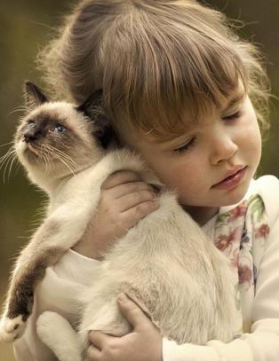 Disse hjertevarmende bildene viser det utrolige b�ndet mellom barn og kj�ledyra deres