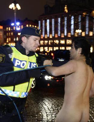 Naken mann p�grepet under Nobel-seremonien i Sverige