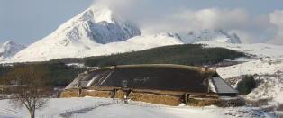 Bygde 83 meter langt h�vdinghus etter at en bonde fant gjenstander i jorda da han pl�yde