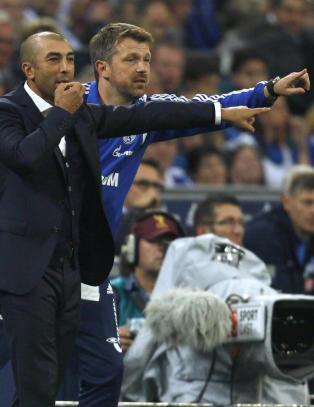 Schalke-assistent m�tte sy hodet etter lighter-kast