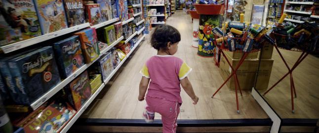 Nesten f�r barna selv oppdager at det finnes to kj�nn, blir de fortalt hvilke leker de skal interessere seg for