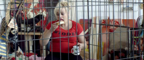 Filmen der Tore Str�m�y dukker opp i dr�mmene til Anne Krigsvoll og Henriette Steenstrup momser skolebolle inne i et bur