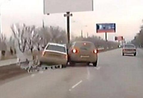 Rasende kvinne presser ekskj�restens bil av veien