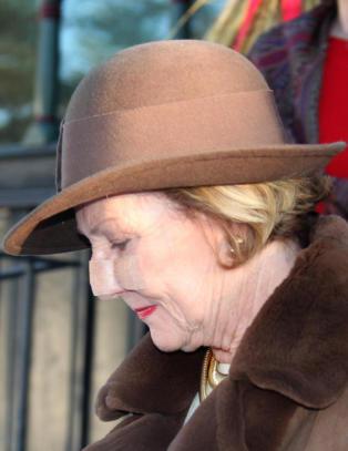 Dronning Sonja i gudstjeneste med plaster p� nesa