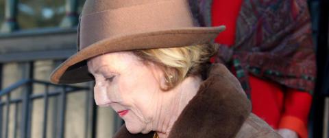 Dronning Sonja i gudstjeneste med plaster på nesa