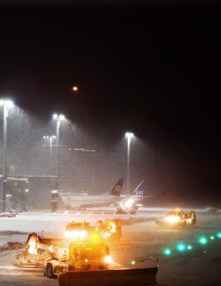 Sn�fall, avising og br�yting skaper forsinkelser p� Gardermoen
