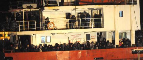 EU ber Tyrkia forklare de �mannskapsl�se� flyktningeskipene