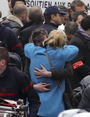 Paris-politiet sikrer omstridt forfatters forlag etter angrepet