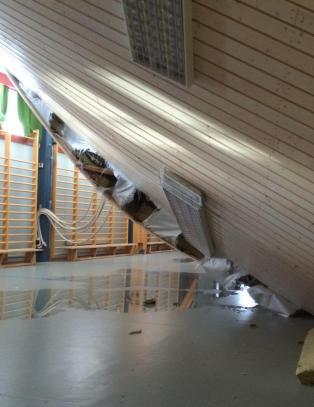 Fjerdeklassingene h�rte det knake i taket. Fem timer senere kollapset det