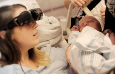 Katy mistet synet som liten - her ser hun babyen sin for f�rste gang