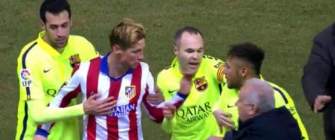 Her sl�r Torres til Neymar p� vei inn i garderoben