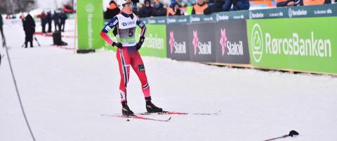 Heidi Weng kasta fra seg staven, sparka i sn�en