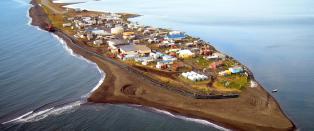 Mens Barack Obama bes�ker nabobyen slukes Kivalina av havet