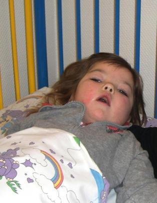 Michaela fikk meslinger som baby - n� er hun lenket til sengen mens viruset spiser opp hjernen hennes