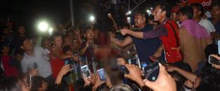 Han blir slept gjennom gatene og sl�tt ihjel av rasende demon�stranter mens tilskuerne tar bilder