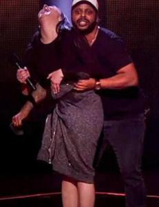 Yosef stormet scenen da tv-lampene gjorde kjolen hennes gjennomsiktig