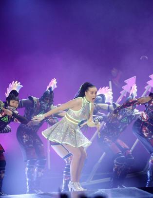 Og der kommer Katy Perry  ut av en pyramide if�rt en snerten glowstickskjole.