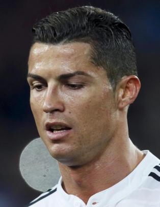 Bildeavsl�ring: Ronaldo h�net dommeren ved � kl� seg i skrittet