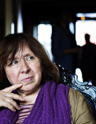 Anmeldelse: Svetlana Aleksijevitsj skriver fram et voldsomt kor av brutalitet og alkohol