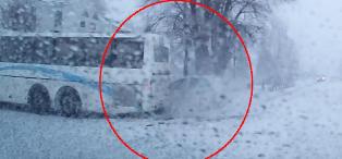 Skolebussen tar av til venstre - s� smeller det