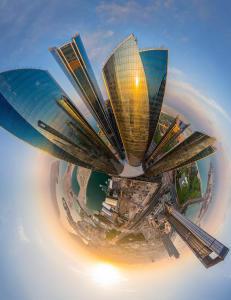 Manipulerer byer og ikoniske steder til sm� kloder ved hjelp av panoramafotografier