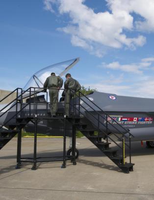 - Vi bygger en kampflybase til 10 milliarder kroner, men har ikke penger til � bygge sikre betongbunkre