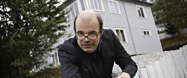 Les Hans Olav Lahlums �Pistolen p� plenen�