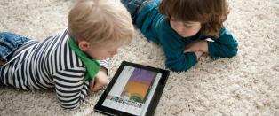 Barneleger advarer mot tidlig skjermtitting hos barn