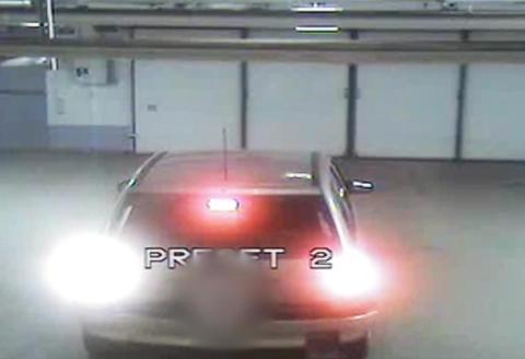 Med over to i promille fors�ker kvinnen � komme seg ut av parkeringshuset
