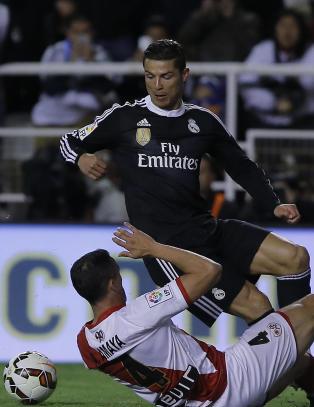 Her blir Ronaldo meid ned. Bel�nning: Gult kort for filming