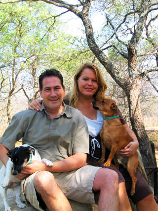 FULGTE DR�MMEN: Claude og Lydia Huberty forlot den europeiske livsstilen for � bo i bushen i S�r-Afrika. Det er hundene Daisy og Jack glade for.