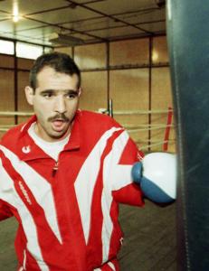 Han er den siste som slo Mayweather, verdens rikeste bokser. Selv ble han lutfattig