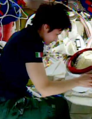 Endelig f�r den italienske astronauten Samantha espresso-maskinen hun har ventet p�