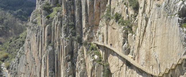Den usannsynlige stien henger 100 meter over elva Guadalhorce i bunnen av kl�fta
