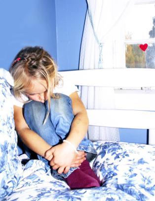 Jeg er barnet som kommer p� skolen med bl�merker. Som opplever at voksne s�kalte tillitspersoner sniker seg inn p� rommet om natta.